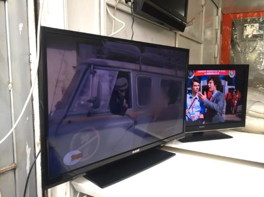 Temiz durumda garantisi yeni bitmiş 106 ekran led televizyon
