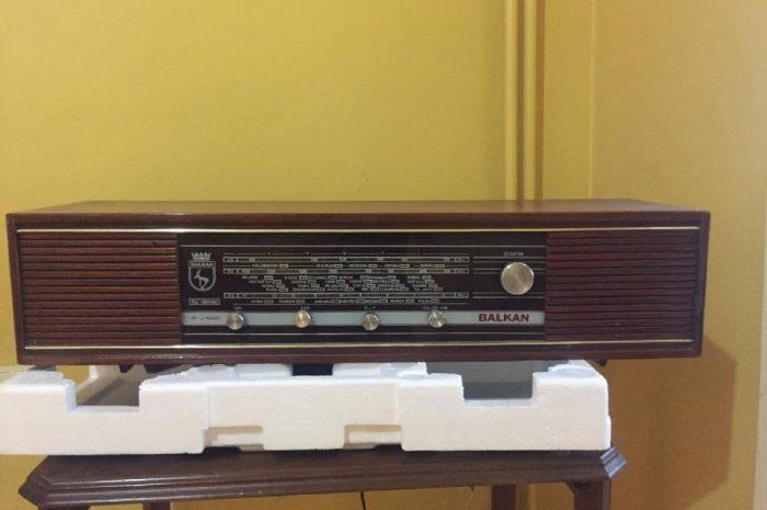 Eski zamanlara ait antika değerinde ahşap kutulu radyo