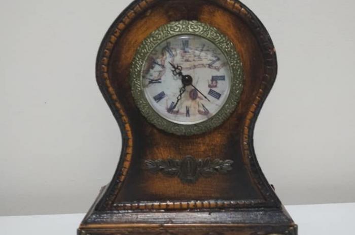Roma rakam göstergeli ahşap işlemeli klasik retro tarzı masa saati